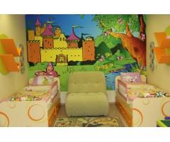 Спальня Фрутіс з двома ліжками та полицями для книг